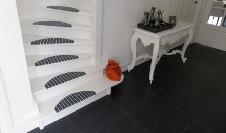 Wit grijze trapmatten en trapmaantjes op trap