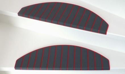 Rood grijze trapmatten en trapmaantjes op trap