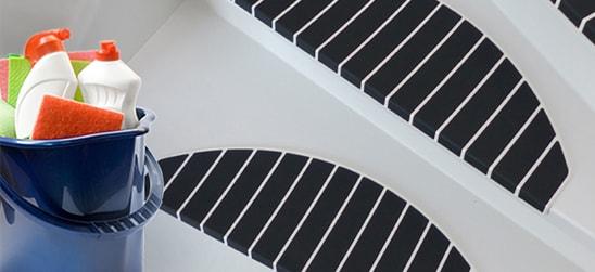 De trapmatten zijn makkelijk te reinigen en te onderhouden met een stofzuiger en een vochtige doek